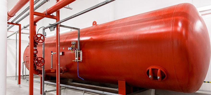 réservoir rouge industriel dans l'usine